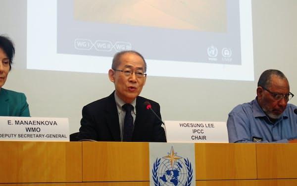 IPCCの李会晟(イ・フェソン)議長は閉幕式で報告書を公表した(8日、ジュネーブ)