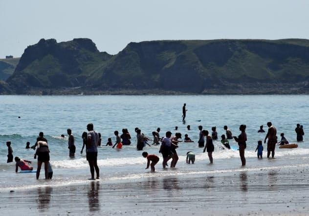 会社に義務付けることで働く人が休みやすい環境づくりを促す(英ウェールズの海辺、7月)