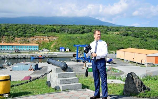 択捉島を訪問したロシアのメドベージェフ首相(2日)=タス共同