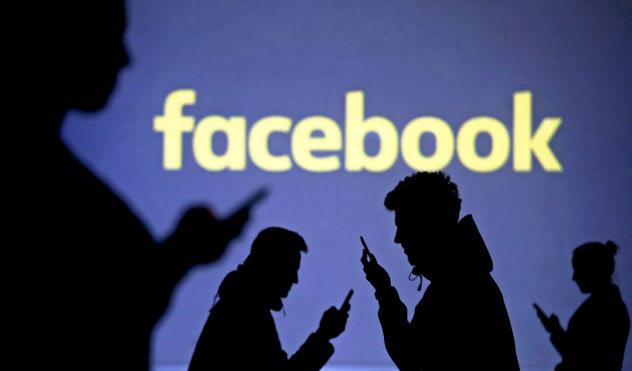 米フェイスブックは掲載料を払わずにニュースを掲載し、多額の広告費を稼いでいるという批判に対応する=ロイター