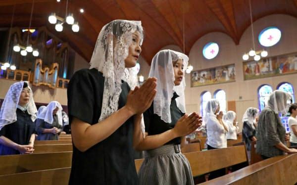 追悼ミサで祈りをささげる人たち(9日、長崎市の浦上天主堂)=澤井慎也撮影