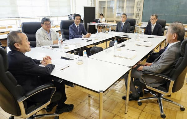 吉本興業の「経営アドバイザリー委員会」の初会合(8日、東京都新宿区)=共同