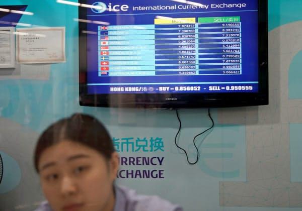 上海の両替所(8日)=ロイター