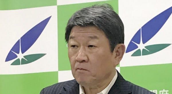記者会見する茂木経財相(9日、内閣府)