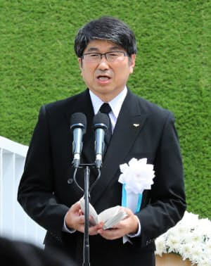 「平和宣言」を読み上げる田上長崎市長(9日午前、長崎市の平和公園)