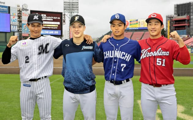 今年のフレッシュオールスター戦の試合前、ポーズをとる(左から)ロッテ・藤原、日本ハム・吉田輝、中日・根尾、広島・小園。昨夏の甲子園をわかせ、プロに進んだ球児たちだ=共同