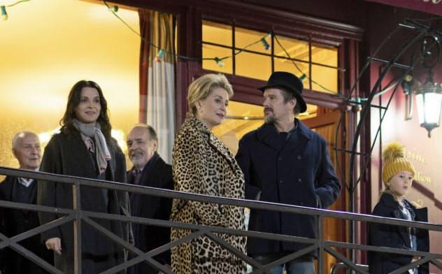 開幕上映される是枝裕和監督「真実」。前列左からジュリエット・ビノシュ、カトリーヌ・ドヌーヴ、イーサン・ホーク photo L. Champoussin (C)3B-Bunbuku-Mi Movies-FR3