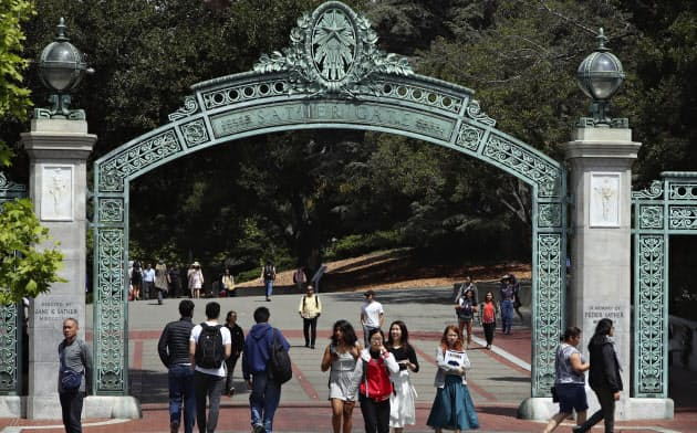 夢を抱いて大学に入った学生を待ち受けている企業文化はどうなっているか(米カリフォルニア大学バークレー校)=AP