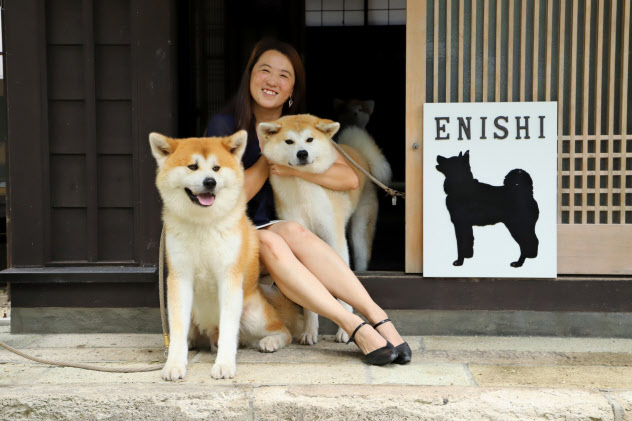 「角館・武家屋敷 縁Enishi」の代表の吉見梓さんと2頭の秋田犬(秋田県仙北市)