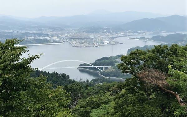 大島にある亀山の山頂から見える気仙沼大島大橋