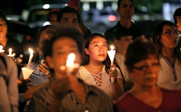 米で相次ぐ銃撃事件も人種問題に絡む憎悪犯罪の可能性が指摘されている(テキサス州エルパソの銃射撃事件の犠牲者を悼む集会)=AP