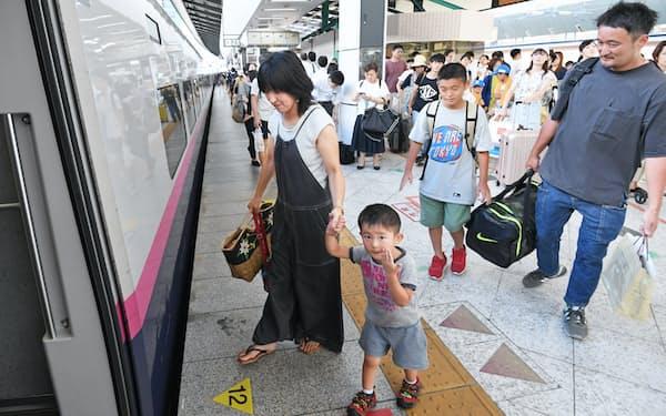 帰省客らで混雑する新幹線ホーム(9日、JR東京駅)