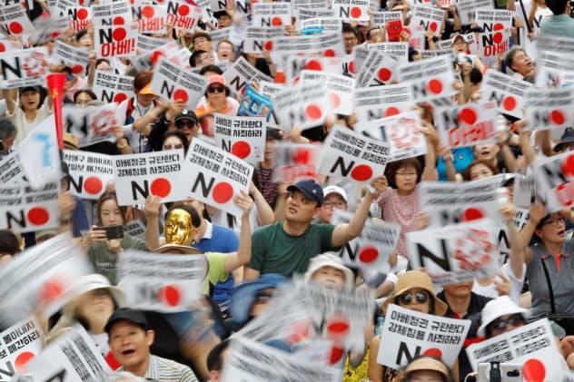 8月3日、ソウルの在韓日本大使館前での対日抗議デモに集まった人々=ロイター