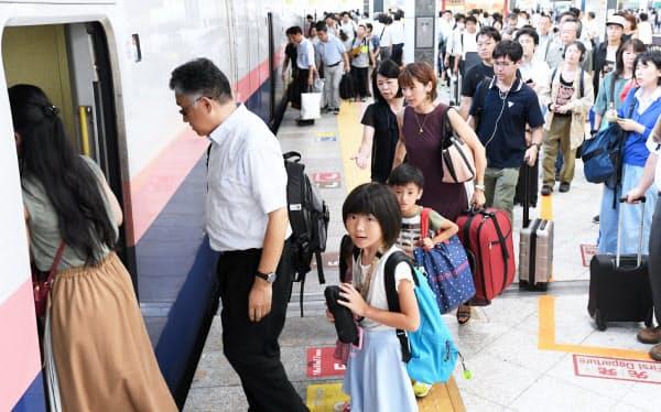 帰省客らで混雑する新幹線のホーム(9日、JR東京駅)
