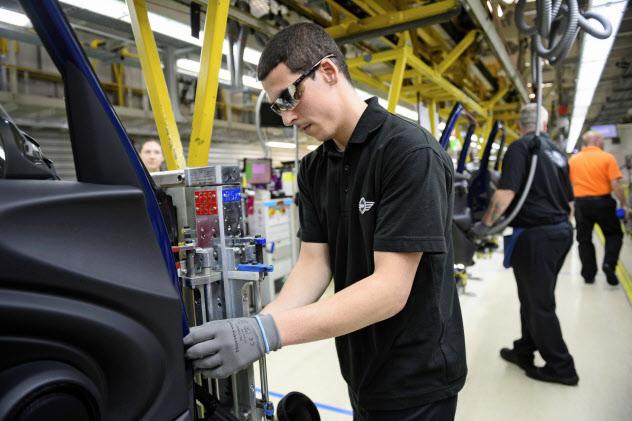 英国では4月以降に自動車生産が大きく落ち込んだ(独BMWの工場)=ロイター