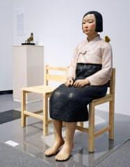 「あいちトリエンナーレ2019」実行委員会が展示を中止した「平和の少女像」(3日夜、名古屋市)=共同
