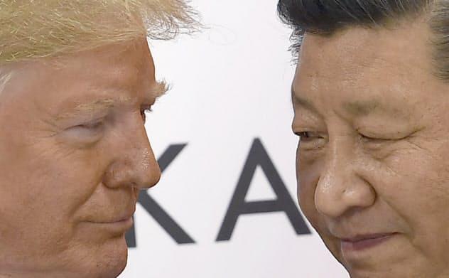 首脳会談に臨むトランプ米大統領と中国の習近平国家主席(6月29日、大阪市)=AP