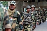 ジャム・カシミール州のスリナガルで警備にあたるインドの治安部隊=ロイター