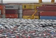 米中貿易摩擦が外需を下押ししている(ドイツ北部ブレーマーハーフェンの港)=AP