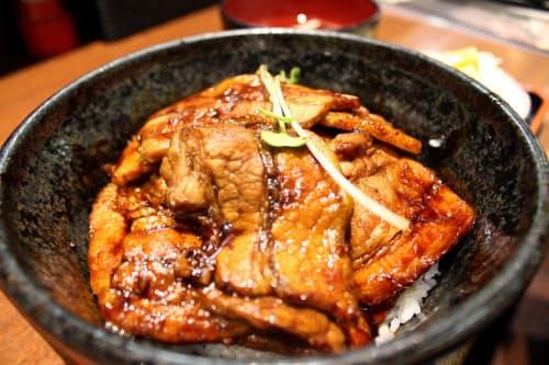豚肉に店オリジナルのタレを絡ませて作る豚丼は多くの人に愛されてきた(札幌市内の味処あずま)