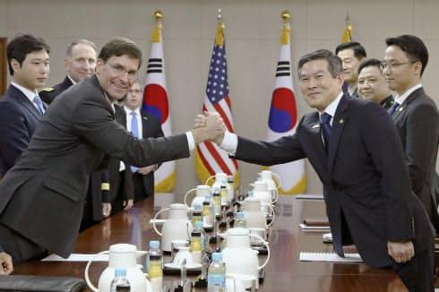 会談を前に握手するエスパー米国防長官(手前左)と韓国の鄭景斗国防相(同右)(9日、ソウル)=共同