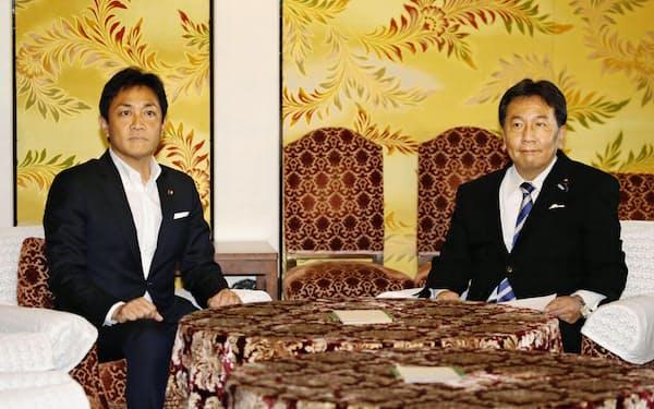 会談に臨む国民民主党の玉木代表(左)と立憲民主党の枝野代表(8月5日、国会)=共同