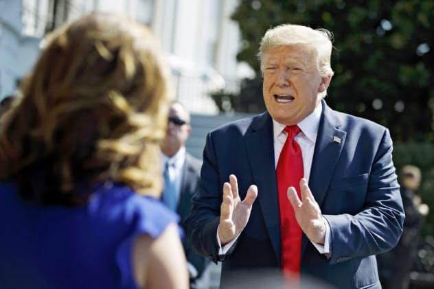 ホワイトハウスで記者団の質問に答えるトランプ米大統領(9日、ワシントン)=AP