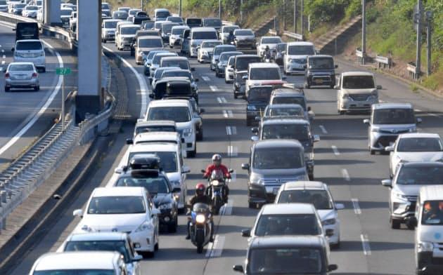 古里へ向かう車などで渋滞する関越自動車道下り線(10日午前、埼玉県鶴ケ島市)
