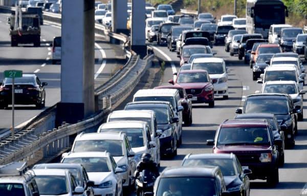 古里や行楽地へ向かう車で渋滞する関越自動車道下り線(10日午前、埼玉県鶴ケ島市)