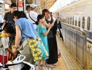 帰省客らで混雑する新幹線ホームでは見送りで手を振る人たちの姿もみられた(10日午前、JR新大阪駅)