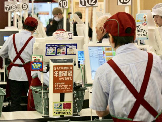 食品スーパーではパート従業員が多く働いている(東京都内のスーパー)
