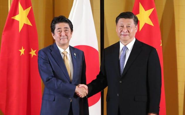 6月の20カ国・地域首脳会議(G20大阪サミット)に合わせて会談した中国の習近平国家主席(右)と安倍晋三首相