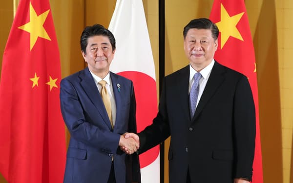 安倍首相は12月下旬に中国を訪れ、習氏と話し合う予定(6月のG20大阪サミットに合わせて会談した習主席と安倍首相)
