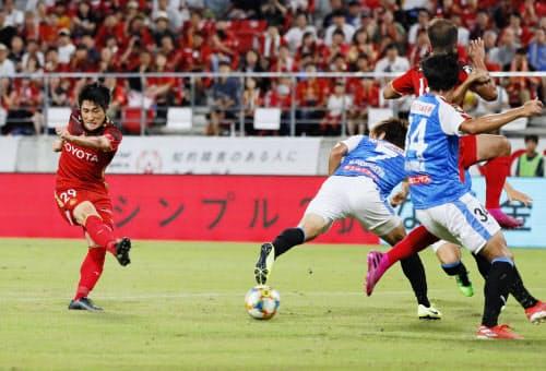 名古屋―川崎 前半、自身2点目のゴールを決める名古屋・和泉=左端(10日、豊田)=共同