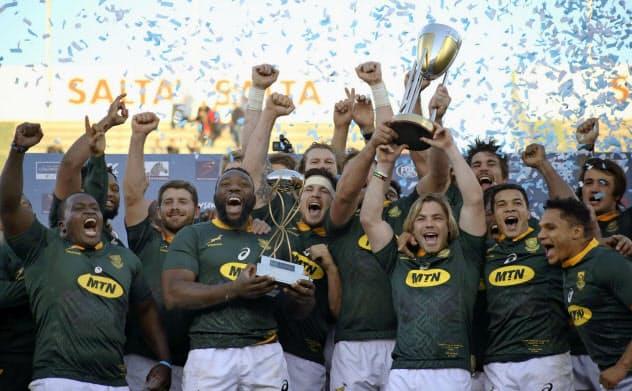 ラグビーの南半球4カ国対抗で優勝し喜ぶ南アフリカの選手たち(8月10日、サルタ)=AP