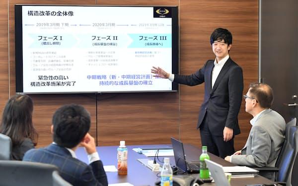 来年度から新たに始まる中期経営計画について話すRIZAPグループの鎌谷賢之執行役員経営企画本部長(東京都新宿区)