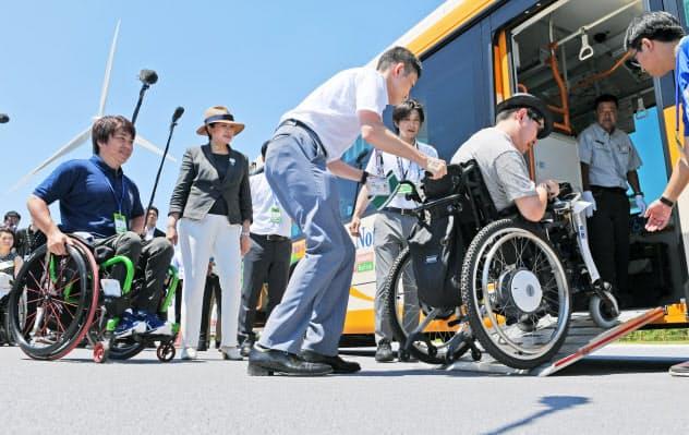 五輪会場へのアクセスを検証する車いす利用者ら(11日、東京臨海部)