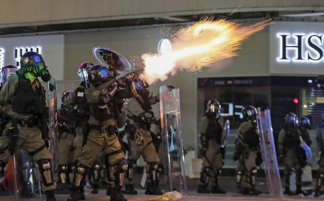 香港警察はデモ隊排除へ催涙弾を多用している(11日)=AP