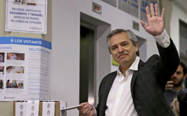 11日、予備選で投票する左派のフェルナンデス元首相(ブエノスアイレス)=ロイター