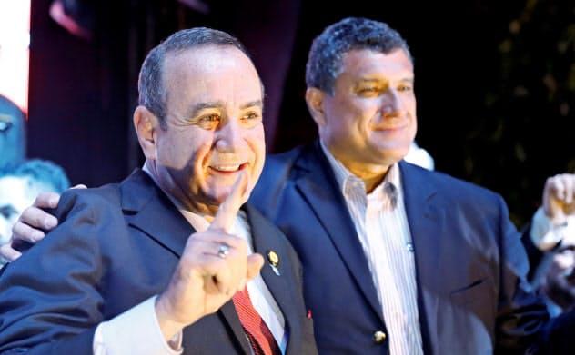 グアテマラ大統領選で当選したアレハンドロ・ジャマテイ氏(11日、グアテマラ市)=ロイター