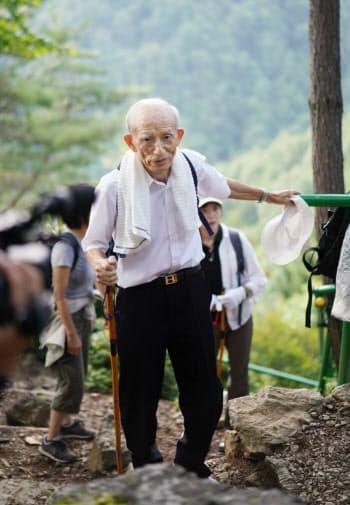 事故機の航空機関士で犠牲になった福田博さんの墓へ向かう藤川秀男さん。藤川さんと福田さんは機関士の同僚だった。「空の安全は危険の芽を一つづつ摘み取っていくことでしか実現できない。それを忘れてはいけない」。日航機パイロットの飲酒問題に言及し、安全への意識を取り戻すよう訴えた(12日、群馬県上野村)