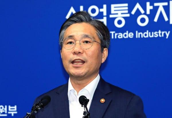 成允模産業通商資源相は日本を念頭に「国際輸出管理体制の基本原則に反する制度を運営している国家とは緊密な国際協調が難しい」などと述べた(12日)=AP