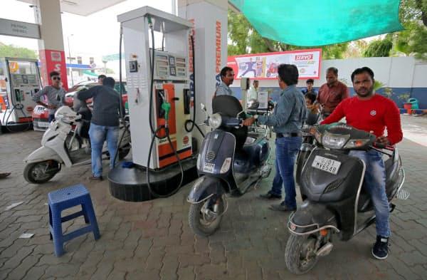 インドでは原油の消費量の増加が続いている(西部グジャラート州のガソリンスタンド)=ロイター