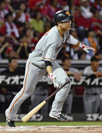 8回巨人1死二塁、坂本勇が右前に適時打を放つ(12日、マツダ)=共同