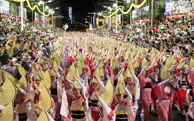 昨年は行われなかった有料演舞場での阿波おどりの「総踊り」(12日、徳島市)