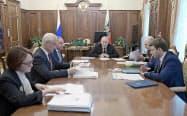 7月10日、モスクワで閣僚らと経済成長の促進策を協議したプーチン大統領(中央)=ロイター