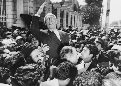 石油国有化を打ち出したイランのモサデク首相(中央)を国民は支持した(1951年9月、テヘラン)=AP