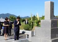 父・晋太郎元外相の墓前に手を合わせる安倍首相(13日、山口県長門市)