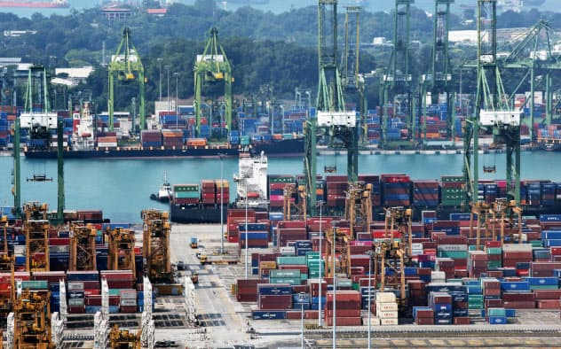 シンガポール経済は19年後半も成長率が低迷する見通しだ(写真はシンガポールの港)