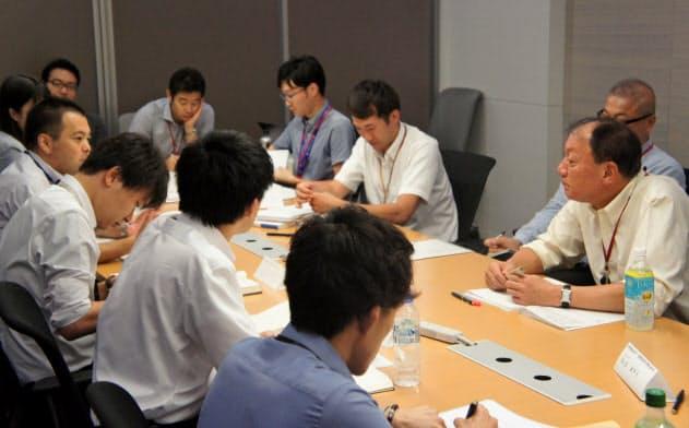 キリンビールの布施社長(右)と若手社員が経営を学ぶ「布施塾」